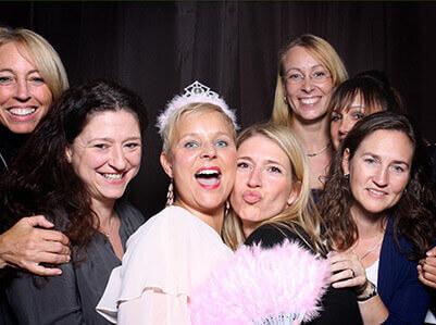 Schöne Photobooth Gruppenbilder mit Freunden auf einem Geburtstag