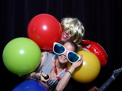 Kreative Photobooth Gruppenbilder mit Requisiten auf einem Geburtstag